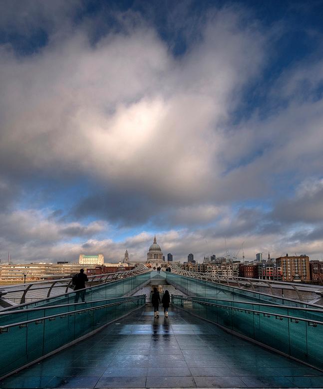St Pauls HDR RE-Edit - HDR opanem van St Pauls Cathedral in London.<br /> Ben aan het experimenteren gegaan met een 2 image HDR, en dit is het result