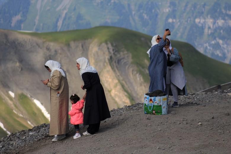 de world is changing - na een klim van 2 uur over een prachtig zwitsersbergpad trof ik op de top plots vier moslim dames die met een boodschappentas e
