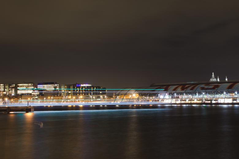 Amsterdam by night - De pont over het Ij, achter het centraal station van Amsterdam