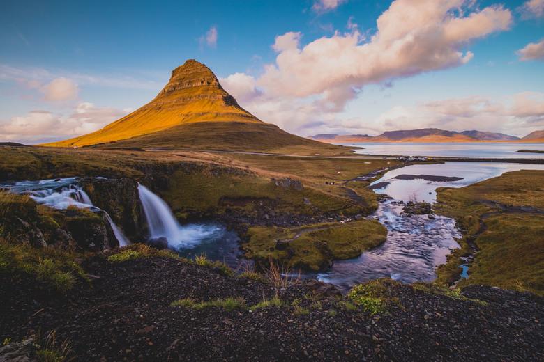 Kirkjufell - Kirkjufell, ook wel Arrowhead Mountain, is een bijzondere verschijning in het landschap van IJsland. De berg heeft de vorm van een pijlpu