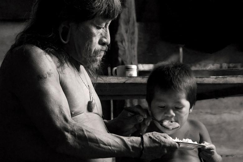 Zorg voor de jongsten - Diep in de jungle van Ecuador heb ik eind 2009 een Huaorani stam bezocht. De stam leeft nog grotendeels van het oerwoud, maar