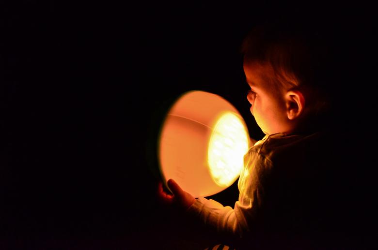 there is always light in darkness - Kjelt, ons lieve mannetje is de wereld aan het ontdekken. Voor het eerst spelen in het donker, zijn favoriete lamp