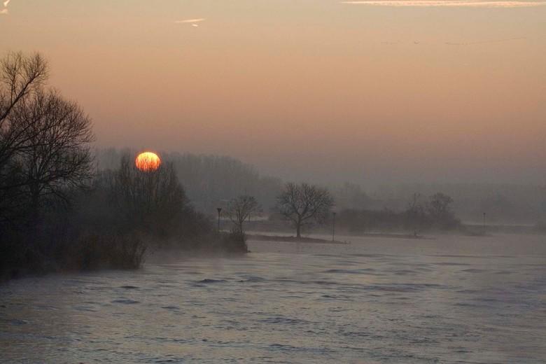 """""""Kokende"""" IJssel - Dinsdagochtend leek het  door het nog redelijk warme IJsselwater wel of het water aan de kook was. Altijd een mooi gezich"""