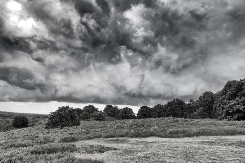 Wolken boven Herikhuizerveld  - Het was gisteren prachtig dreigend op het Herikhuizerveld. Wel wat nat af en toe. Met SIlver efex 2 filter van NIK.