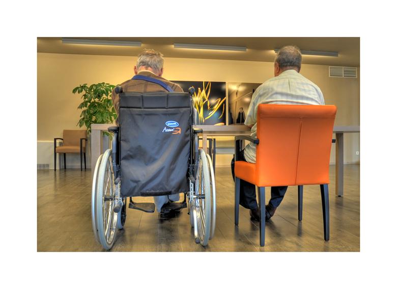Old people - In navolging van de reeks 'Abandoned places' kregen we de gelegenheid op de mensen van het verlaten rusthuis in hun nieuwe loca