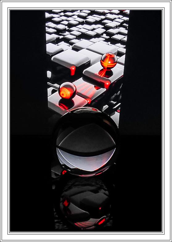 """GLAZEN BOL 13 - """"De toetsen verlicht met gekleurde bolletjes""""  De glazen bol op de acrylplaat en in een donkere kamer."""