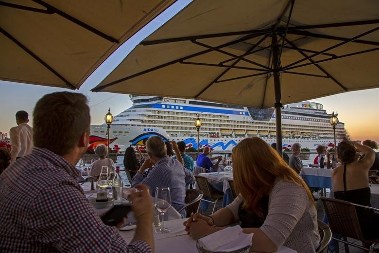 Italië 124 - Op de laatste avond dineren op het terras langs het grote kanaal, waar cruiseschepen langs komen.