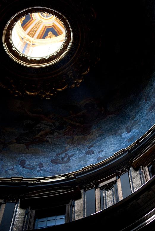 Sint Pieter Rome - Veel pracht en praal in het Sint Pieter, maar als je goed kijkt zie je ook veel ingetogen plekjes...