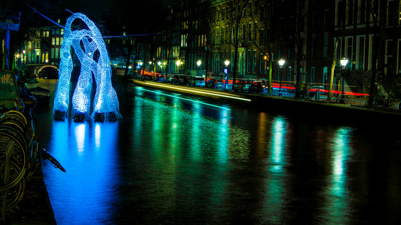 Amsterdam Light - Willem Tukker.jpg - Amsterdam Light Festival.<br /> Statief, laag bij de grond. Overhangende fiets, wachten op de rondvaart boot. S