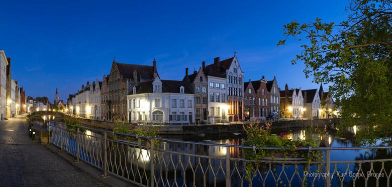 _DSC0035-Pano - PANO stad Brugge, België. Heel vroeg in de ochtend, blauw uur voor zonsopkomst.