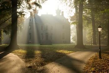 Mistique - Kasteel Oud Poelgeest in de ochtendmist. Het zonnetje piept er nét langs en verlicht zo mooi de straatlantaarn op de voorgrond!