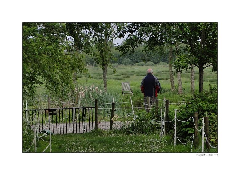 Enjoying the view - Van een afstandje genomen! Mijn vader genietend van het uitzicht in de achtertuin van de kampeerboerderij waar wij verbleven tijde