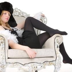 mooi meisje op oude stoel