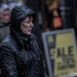She goes for a sale, bad weather it does not matter.