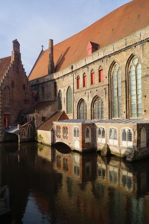 Gebouwen in Brugge met spiegeling in het water