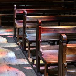 Lichtinval op kerkbanken