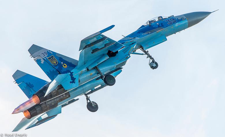 De Sukhoi-27 stijgt op na een gesimuleerde landing -