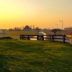 Eenzame wandelaar bij zonsondergang.