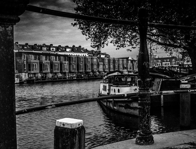 Huizen aan de haven - Bootje ervoor...