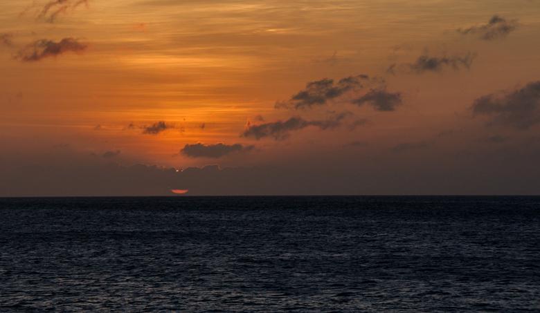 Sunset Bonaire 2 - Nog een foto van de zonsondergang op Bonaire. Ik was al aan het weglopen toen ik omdraaide en zag dat de zon half achter de wolken