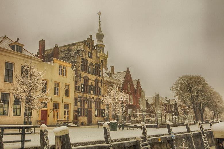 nog meer sneeuw in veere - winters straatbeeld in Veere