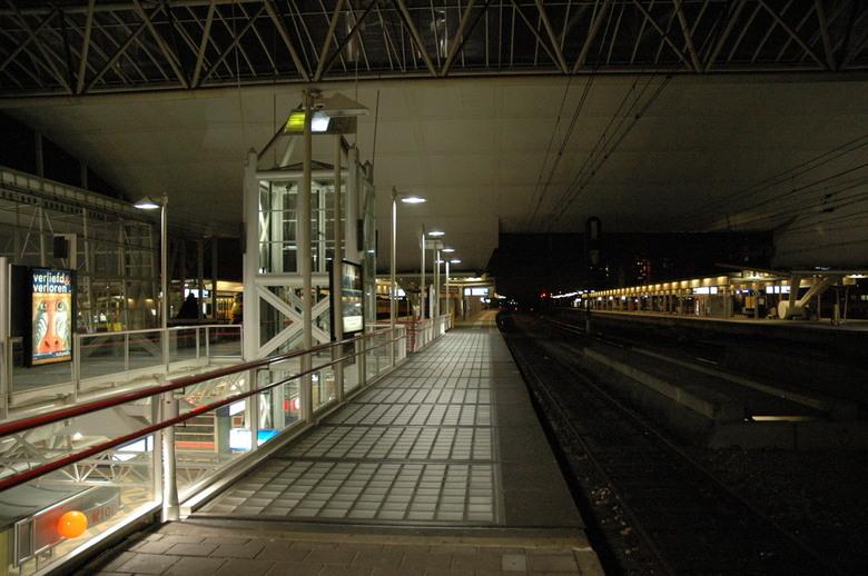 """Stilte"" - Geen trein, geen reizigers. Een absoluut stil station"
