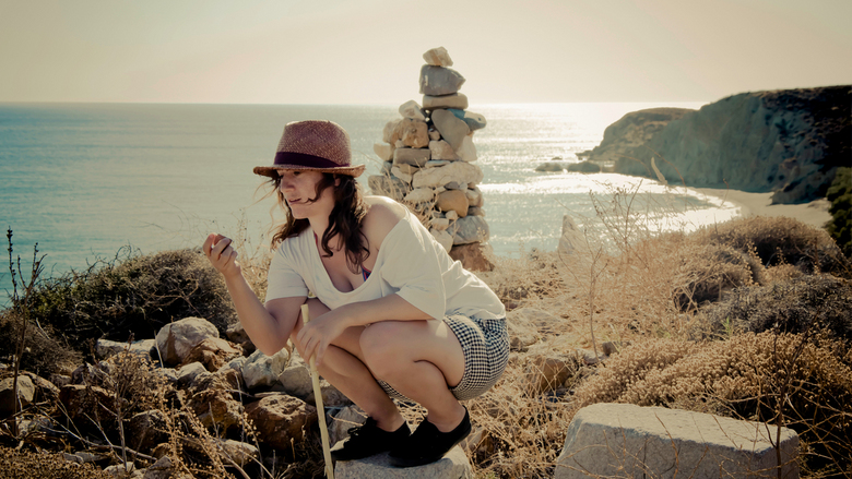 Genieten in Griekenland - Via het strand maakten we een kleine bergwandeling om bergthee en stenen te zoeken. Mijn Griekse vriendin geniet ervan weer