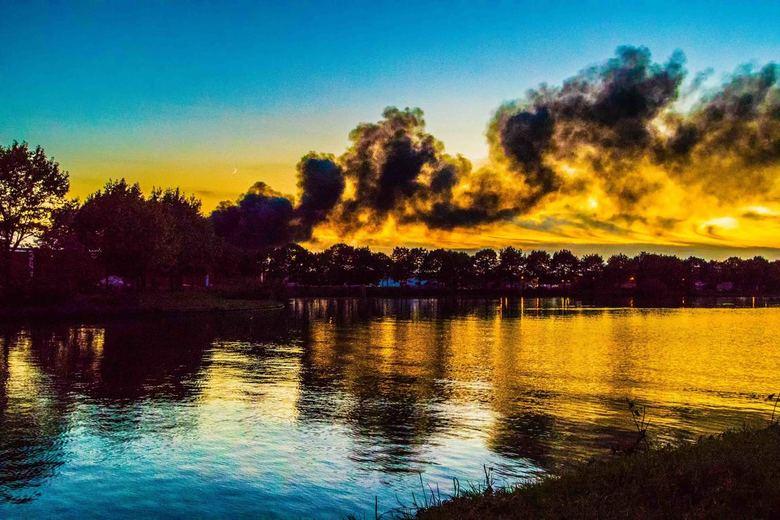 donkere rookwolken - afkomstig van de brand bij TUF Recycling (kunststof gras) in Dongen.