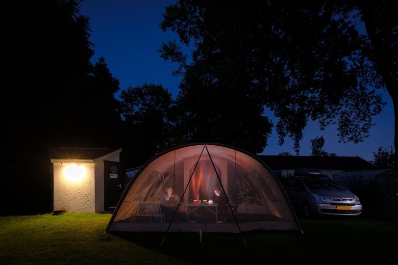 """Op de camping - In de avond voor de tent. Geen verlichting nodig met de iPads van tegenwoordig <img  src=""""/images/smileys/wilt.png""""/>"""