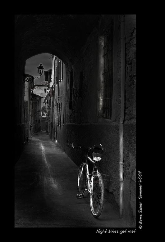 Night bikes get lost - Ok, nog eentje dan op de valreep. Night bikes get lost.<br /> <br /> Fijn en hopelijk droog weekend iedereen! groet, Hems