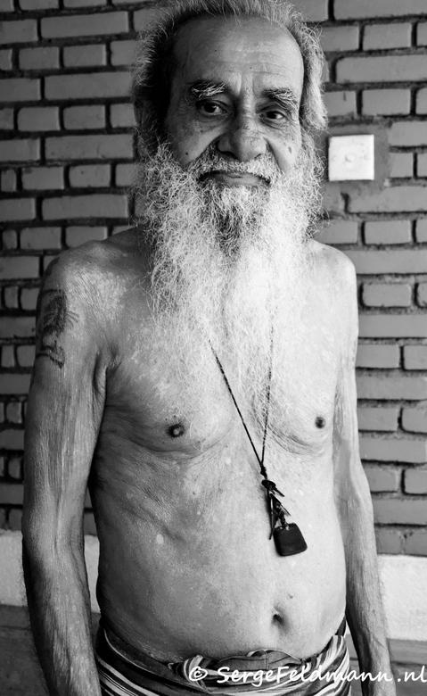 FOSL 30 - Wederom een bewoner van het Durtch Village in Sri Lanka. Een mooie hippe oude man. Hij vindt het leuk zijn engels weer eens te proberen als