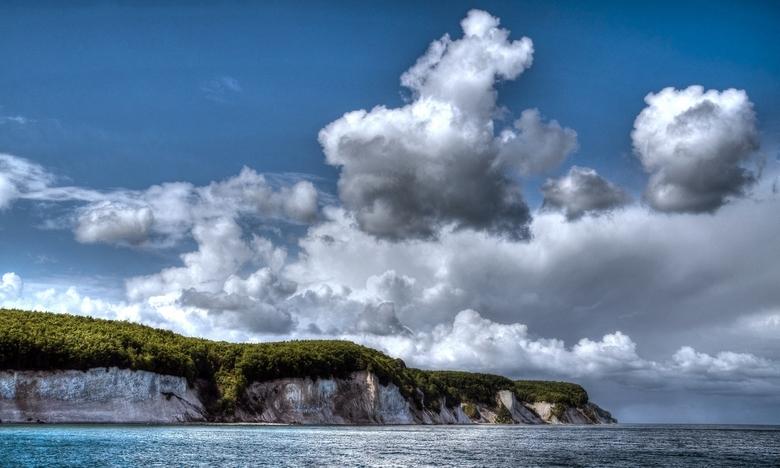 Krijtrotsen Rügen - De beroemde krijtrotsen van Rügen gefotografeerd vanaf zee.