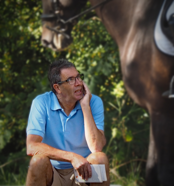 wat word daar besproken????? - Zijn vrouw zat op het paard en hij zat te wachten op de rand van de ring wanneer zij aan de beurt was