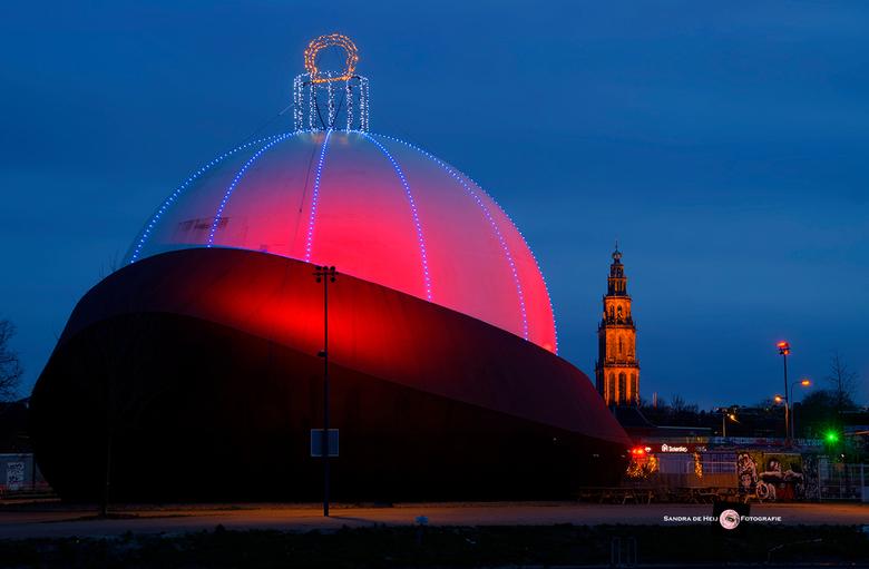 Grote kerstbal DOT Groningen - De grootste kerstbal ter wereld was te zien bij DOT in Groningen.