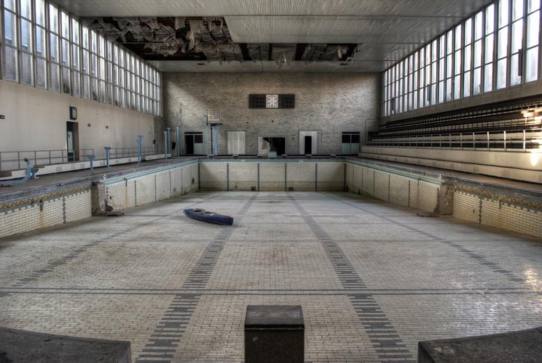 Verlaten zwembad -