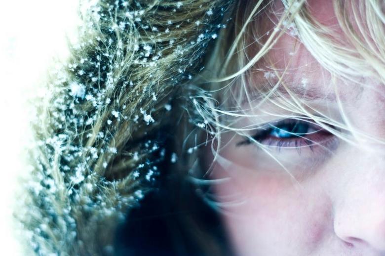 Freeze. - Dit zelfportret heb ik gemaakt tijdens een heftige sneeuwbui. Het resultaat was niet te sturen, maar ik ben erg tevreden met de vreemde sche