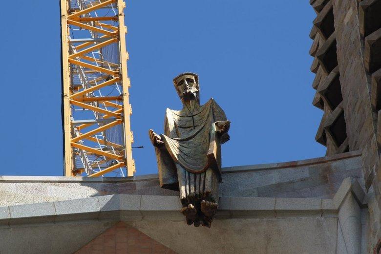 Detail La Sagrada Familia - Ik vond het contrast wel mooi: hijskraan, beeld, jarenlang bouwen aan de kathedraal.