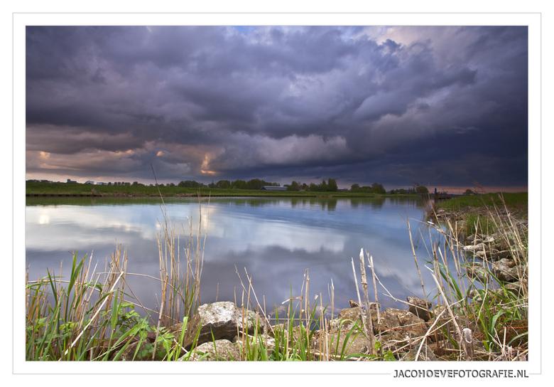 Regenwolken boven het Staphorster veld (2) - Genomen op 11 mei 2013