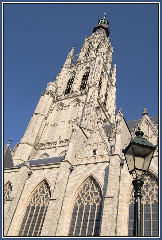 Pisa? - kerktoren Breda blakend in de zon.