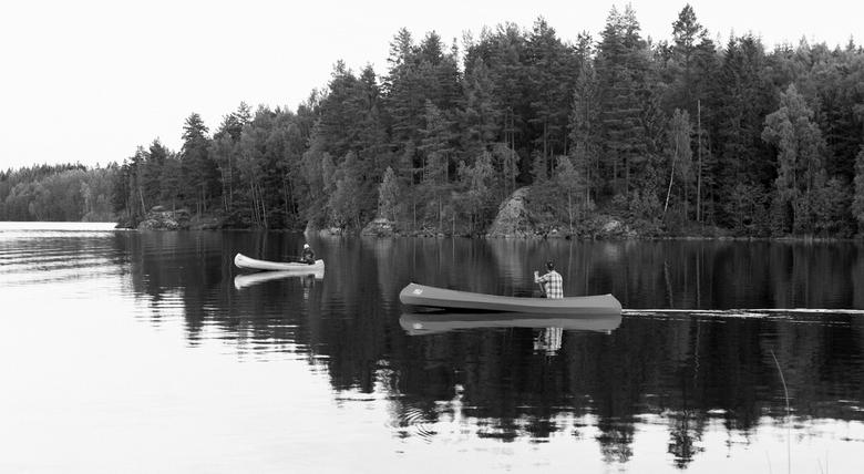 canoe fishing - kano vissen in zwart wit