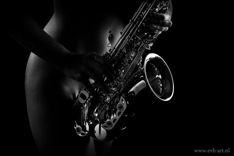 Saxofoon.jpg - Een low-key foto van model Rebecca.