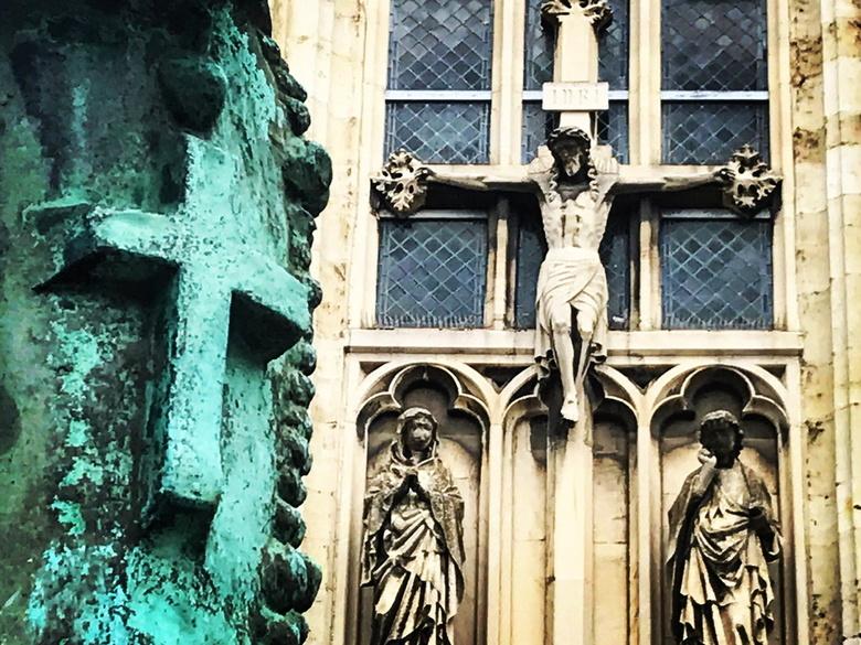 Maastricht 03 - Maastrichtenaren zijn een gelovig volkje, tenminste als je het afmeet aan het groot aantal kerken dat Over de stad verspreid liggen. Z