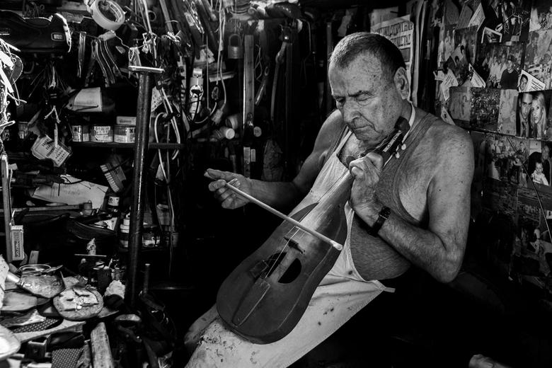 Lyra - Deze meneer is schoenmaker in een ontzettend klein en vol winkeltje in Griekenland. Ik raakte aan de praat met hem en vroeg of ik foto's m