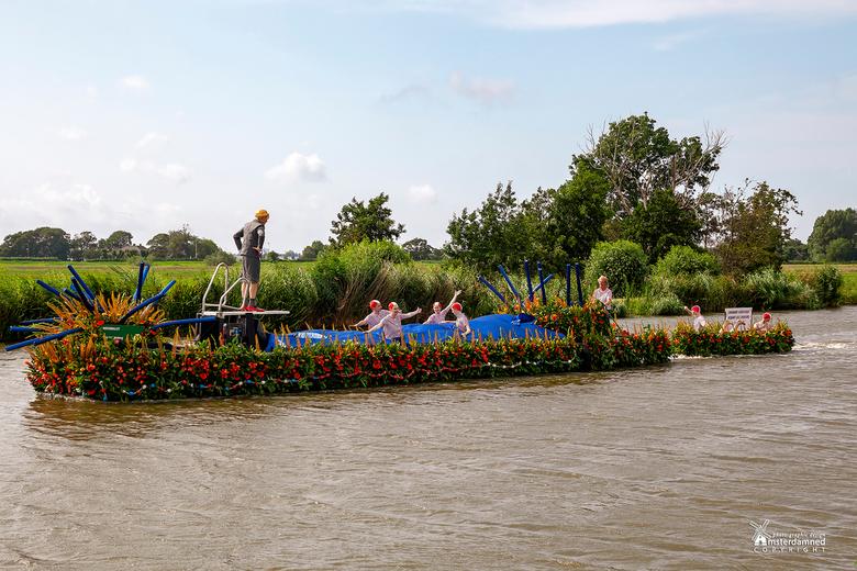 Varend Corso Westland 2019 - Boot 35 van Kern Schipluiden met als thema Waterballet. De foto is gemaakt langs het jagerspad in Schipluiden. De strenge