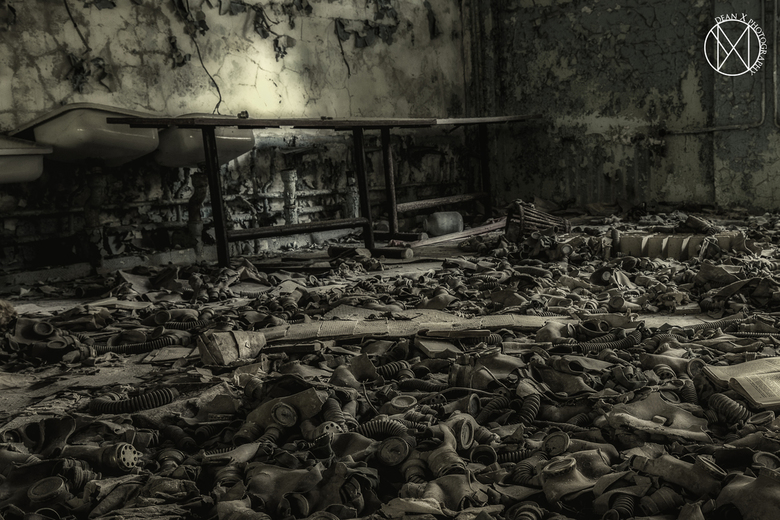 Tragedie - Klaslokaaltje in Chernobyl waarvan de grond bezaaid was met gasmaskertjes.