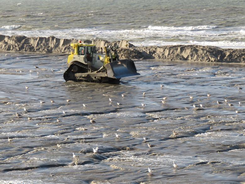 En dan moet er weer zand geschoven worden... - Deze bulldozer komt aanrijden om weer zand te gaan schuiven om de dijkjes aan de zijkant weer op te hog