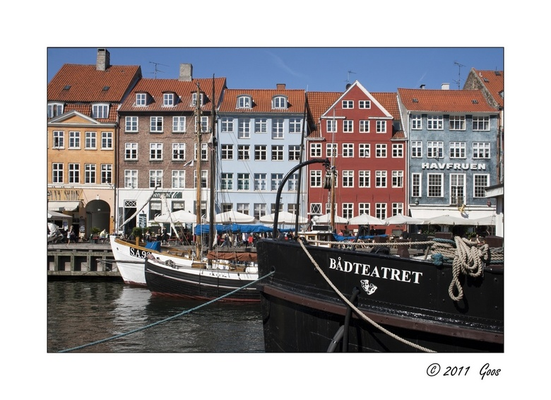 Kopenhagen Nyhavn 1 - Eén van de drukst bezochte plekjes van Kopenhagen: Nyhavn, met talloze terrassen en restaurantjes en oude schepen in het water.