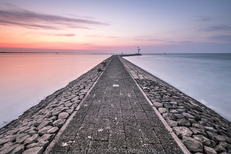 de pier in het vroege ochtendlicht