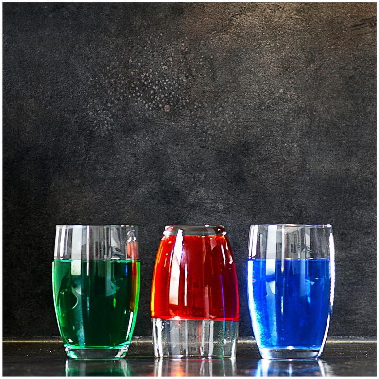 rood, groen en blauw - geen trucje in PhotoShop, geen knip- en plakwerk. Glazen in deze stand gefotografeeerd.