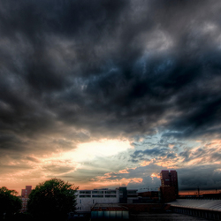 bewolkte zonsondergang in Enschede